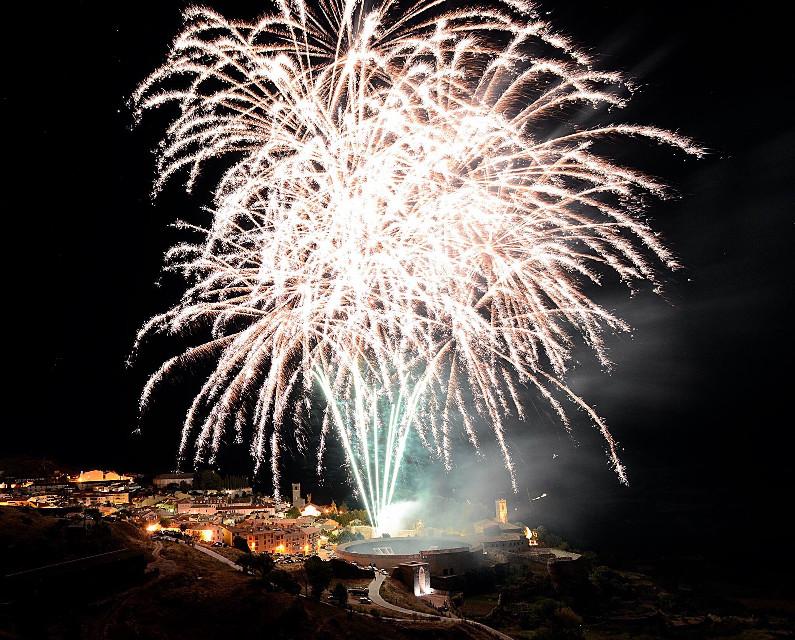 Picture taken by my friend Kike Mayoral Romera #interesting #landscape #fireworks #lightanddark #nightlife #emotions #fiestaspopulares #fiesta #brihuega