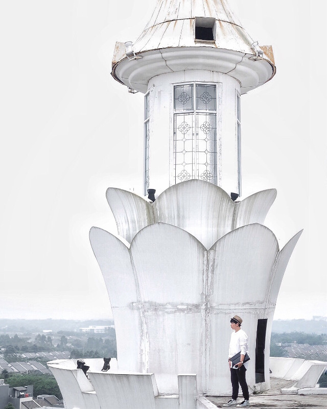 Add my SNAPCHAT timothyfelix 👻  Not only me who wore white, the building as well covered in white costume!  This my #wppWhite , share yours guys! @pa    #ootd #building #art #white #whiteaddict #sceneries #people #interesting #FreeToEdit